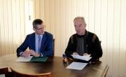 Podpisanie umowy w sprawie przebudowy drogi we wsi Ożar