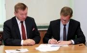 Burmistrz Barlinka z Marszałkiem Województwa Zachodniopomorskiego po podpisaniu umowy