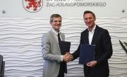Spotkanie w Zamku Książąt Pomorskich w Szczecinie, podczas którego została podpisana umowa dot. budowy i wyposażenia świetlicy wiejskiej w Strąpiu
